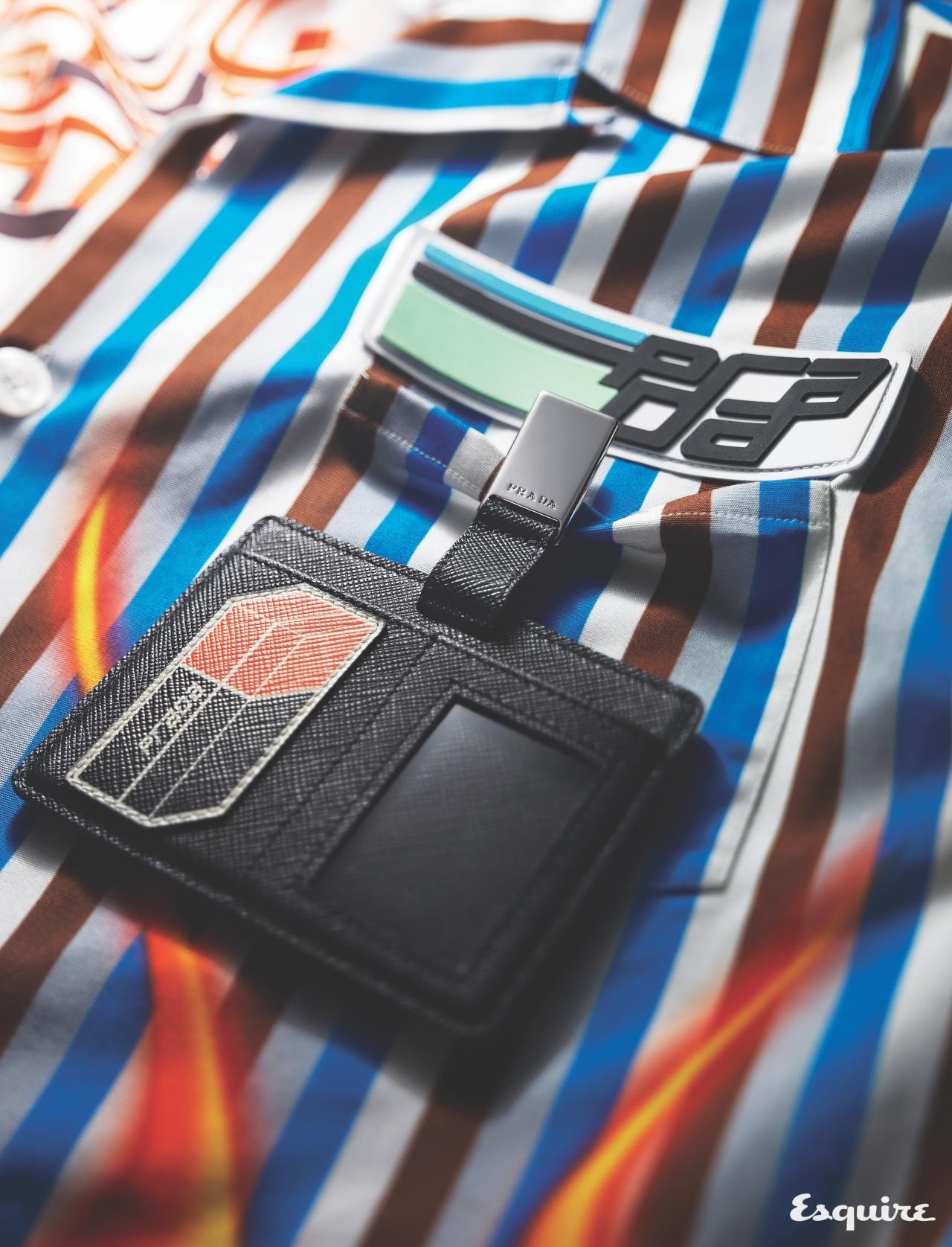 PRADA 레이싱에서 영감받은 역동적인 로고. 볼링 셔츠와 ID 홀더에 장식적으로 쓰였다. 모두 가격 미정 프라다.