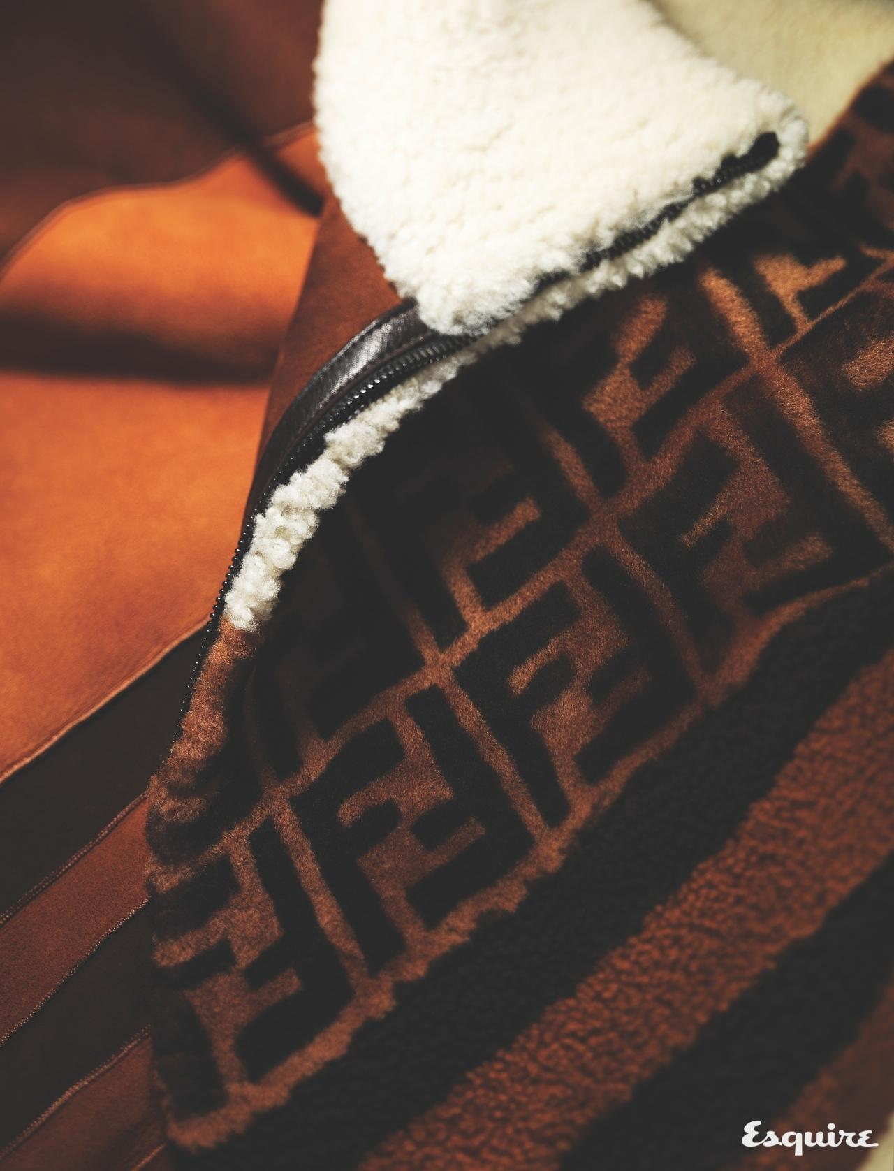 FENDI FF 로고를 사선으로 두른 오버사이즈 양털 재킷. 유쾌한 럭셔리. 930만원 펜디.