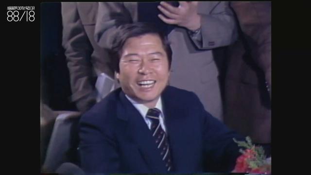 김대중(1924~2009) 1980년 김영삼과의 신년 인사 무렵. 김대중이 KBS에 웃으며 나오는 것부터가 시대가 변했다는 이야기이기도 했다. 김대중은 이 다큐멘터리에  총 3회 등장한다.