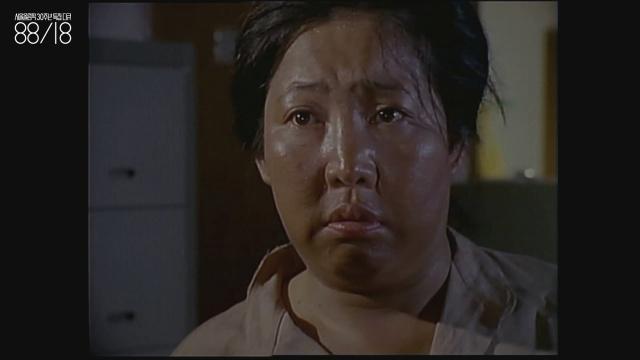 김을동(1945~) 배우. 지금은 백야김좌진장군 기념사업회 이사장.  이 영상에서는 올림픽 때문에 철거당한 집 주인으로 등장한다.