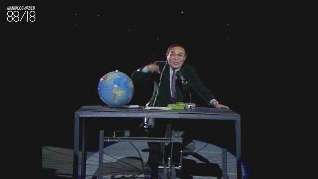 """이주일(1940~2002) 희극 배우. 이 영상에서 이주일은 """"월드 뉴스. 이 순간에도 지구는 쉬지 않고 돌고 있습니다""""라고 말하며 자전거 페달을 밟아 지구본을 돌렸다. 왜 이주일은 이런 것만 해도 웃겼을까?"""