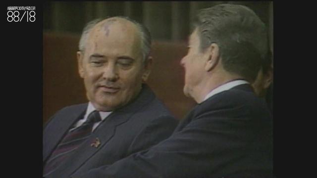 드미트리 고르바초프(1931~) 전 소련 최고회의 주석,  전 소련 대통령. 냉전 시대를 끝내는 데 결정적 역할을 했다. 이때의 공을 인정받아 노벨 평화상을 받았다.