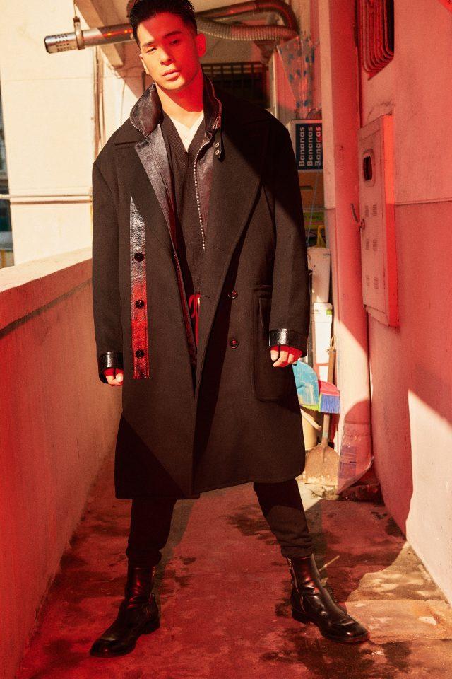 코트, 집업 재킷, 회색 브이넥 스웨터, 흰색 브이넥 스웨터, 트랙 팬츠 모두 가격 미정 톰 포드. 부츠 가격 미정 드리스 반 노튼 by 분더샵.