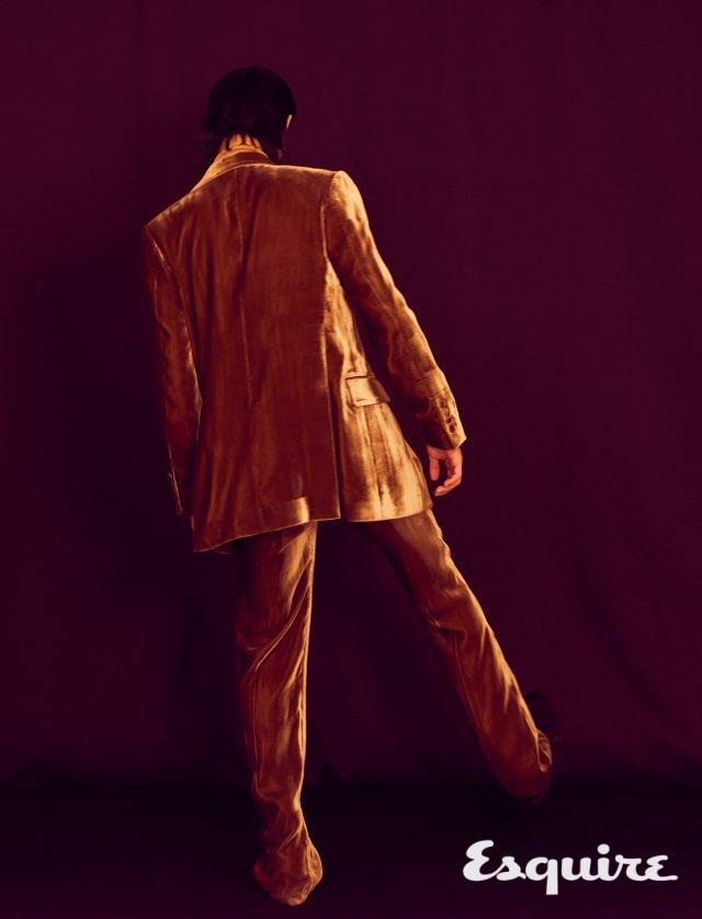 벨벳 재킷 215만원, 벨벳 바지 98만원 모두 김서룡. 부츠 가격 미정 톰 포드.