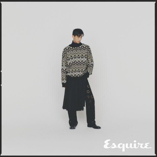 검은색 터틀넥 니트 톱, 이국적인 패턴의 스웨터, 아일릿 디테일이 들어간 바지, 플리츠스커트, 검은색 부츠 모두 가격 미정 드리스 반 노튼 by 분더샵.