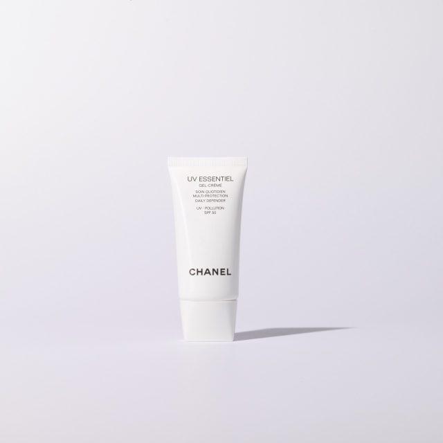 UV 에쌍시엘 젤 크림 UV 폴루션 SPF 50 30ml/7만4000원 샤넬.피부가 쉽게 건조해지는 사람에게 추천. 듬뿍 발라도 끈적임 없이 촉촉하게 마무리된다.