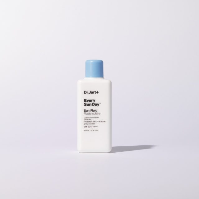 에브리 선 데이 선 플루이드SPF 50+/PA+++ 100ml/2만9000원 닥터자르트.피부에 문지르는 즉시 물방울이 맺히는 텍스처로, 자외선으로 인한 자극을 완화시킨다.