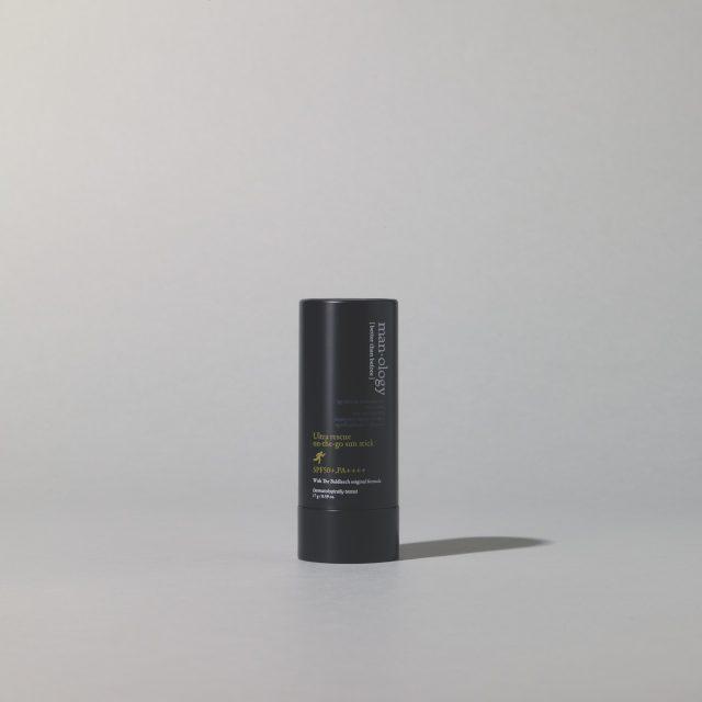 맨올로지 울투라 레스큐 온 더 고 선스틱 SPF 50+/PA++++ 17g/3만8000원 빌리프.매트한 질감으로, 케이스에 거울이 달려 있어 야외에서도 편리하게 바를 수 있다.