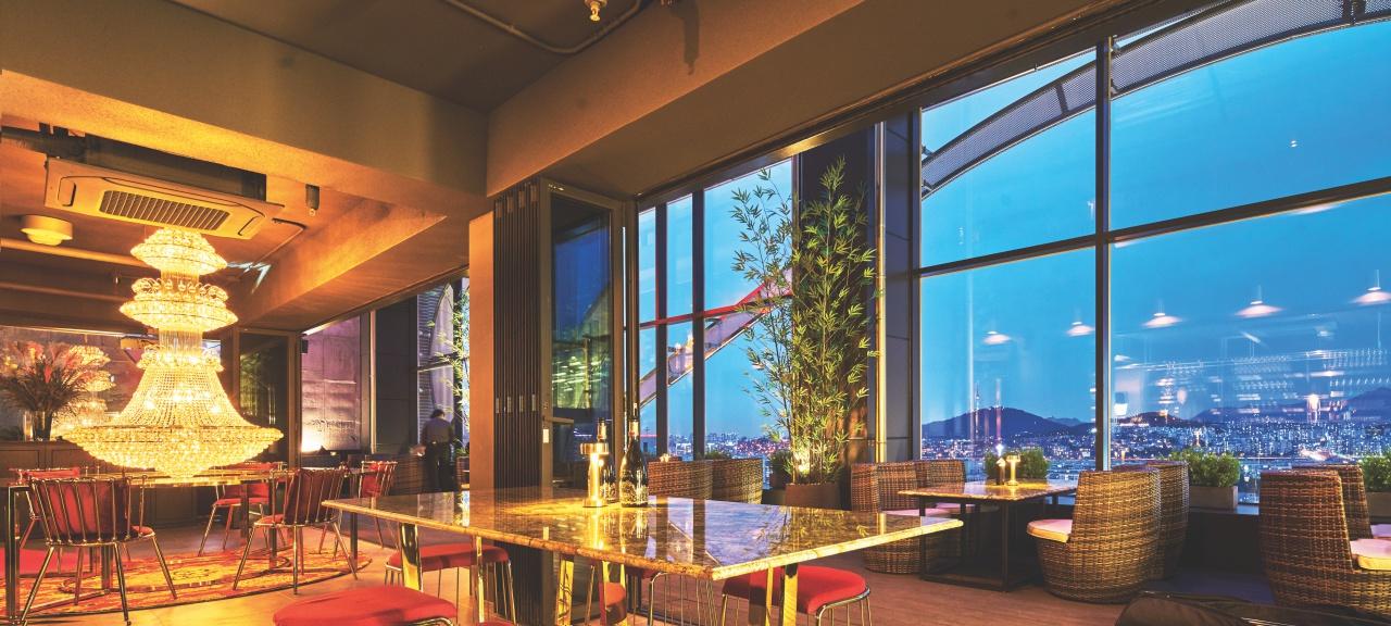르 캬바레 도산은 달 뜬 밤을 열고 닫는, 서울의 새로운 루프톱 바다.