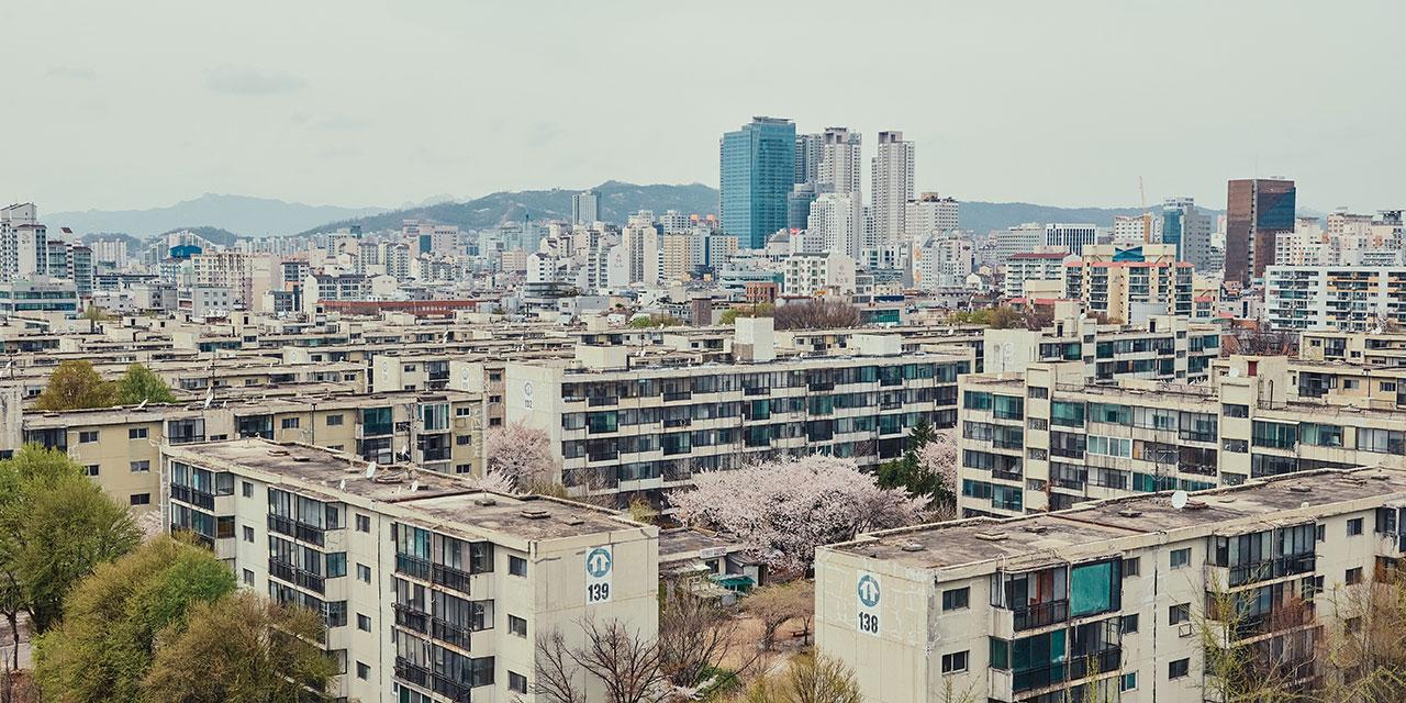 대한민국에서 가장 대표적인 거주 형태, 아파트. 아파트 키즈들은 말한다. 재테크 수단이기 전에 아파트에도 사람이 살았고, 살고 있다고.