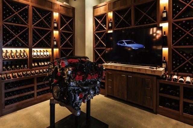 와이너리에 전시된 마세라티 르반떼의 엔진. 이상하리만큼 잘 어울린다. 분야와 영역은 상관없다. 결국 최고급 재료와 장인 정신, 확실한 취향만이 있을 뿐이다.