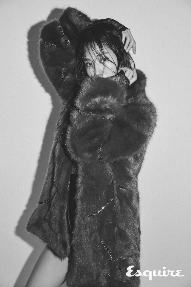 페이크 퍼 재킷, 시스루 톱 모두 H&M × MOSCHINO.