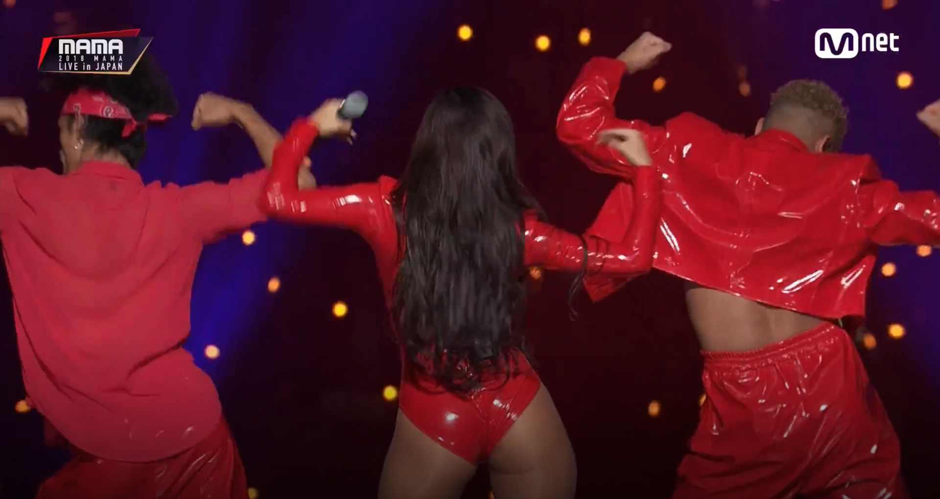 2018 마마 무대에서 단독 무대에 선 화사의 파격적인 퍼포먼스에 관한 갑론을박.