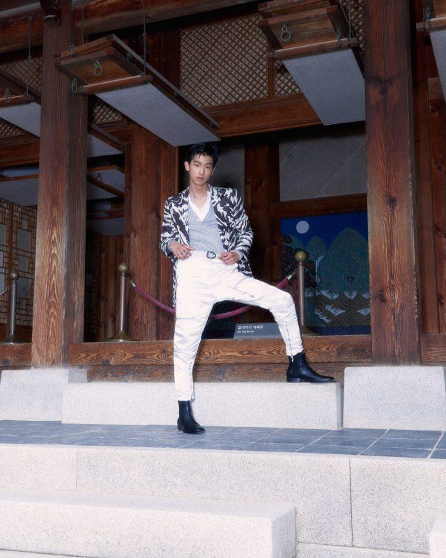재킷, 티셔츠, 니트, 바지, 부츠, 벨트 모두 가격 미정 톰 포드. 목걸이 모델 소장품.