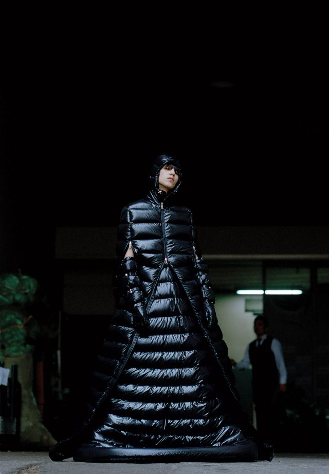 후드가 달린 검은색 패딩 드레스, 안에 입은 패딩 드레스, 패딩 장갑 모두 가격 미정 1 몽클레르 피에르파올로 피치올리.