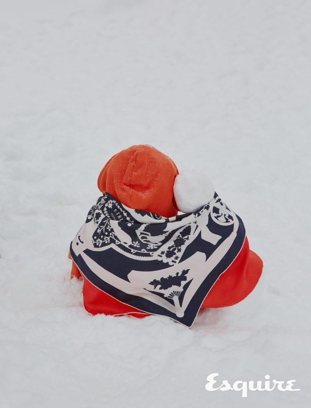 오렌지색 후드 티셔츠 9만9000원 반스. 실크 스카프 가격 미정 에르메스.