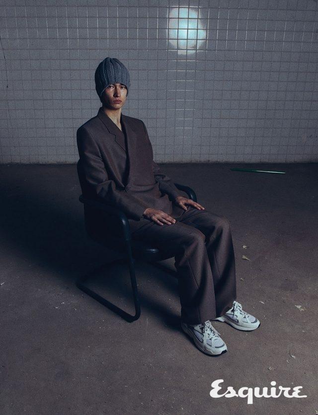 재킷, 바지, 운동화 모두 가격 미정 디올 맨. 비니 모델 소장품.