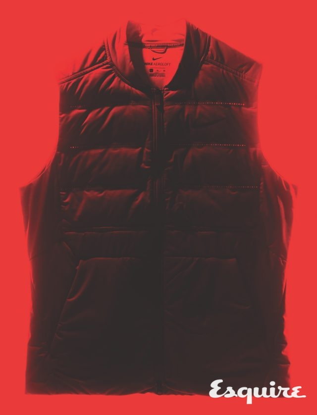 통기성이 좋고 표면을 발수 처리해 습한 환경에서도 쾌적하게 입을 수 있는 나이키 에어로로프트 베스트. 18만9000원 나이키.