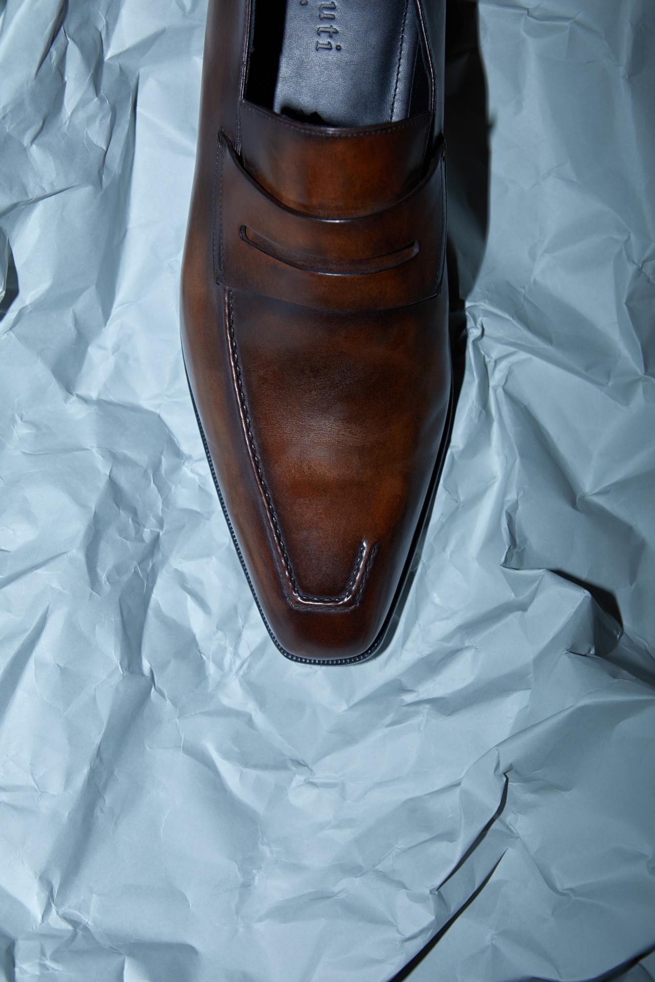 앞코가 뾰족한 갈색 로퍼 249만원 벨루티.
