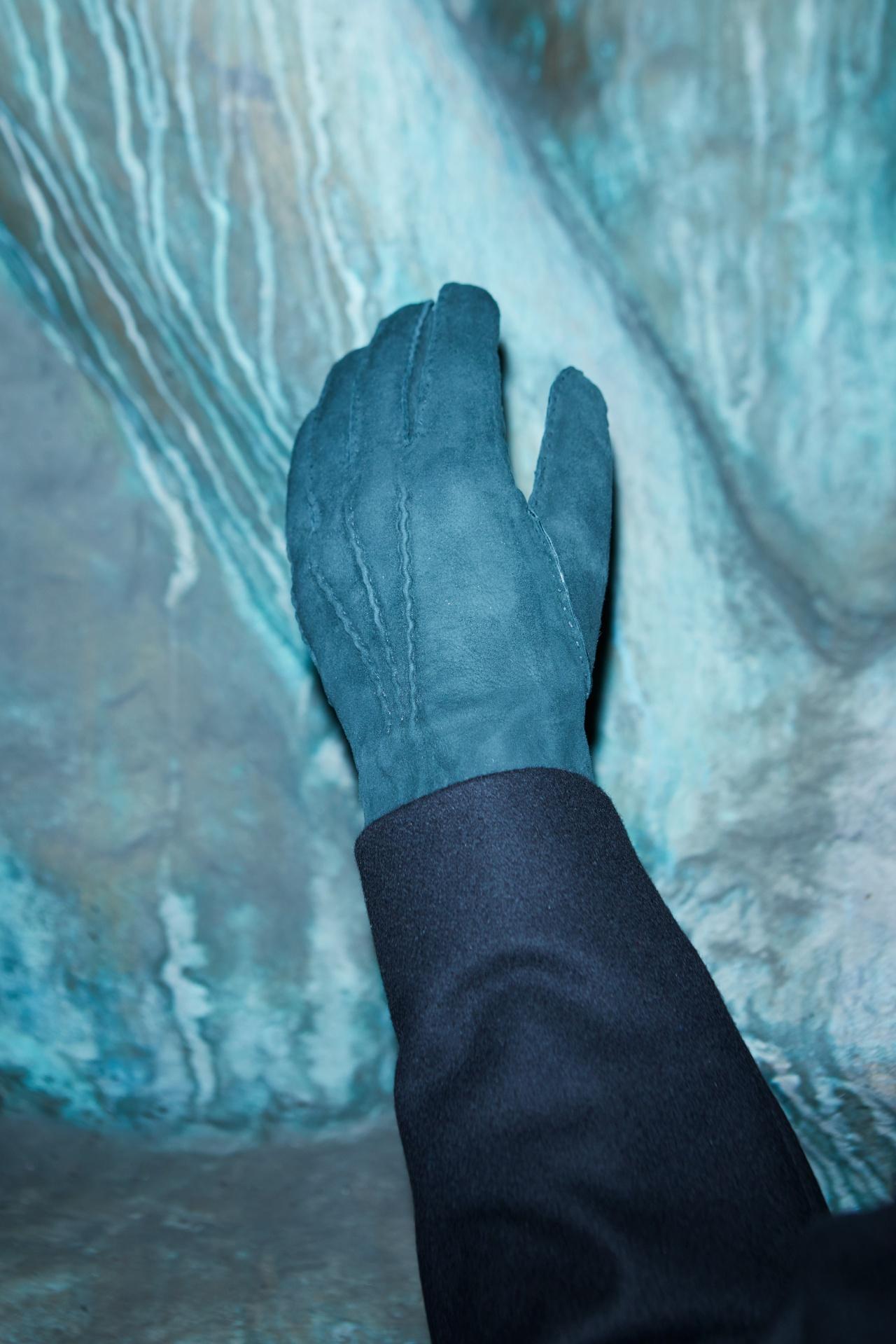 이끼처럼 짙은 청록색 스웨이드 장갑 17만8000원 헤스트라. 검은색 코트 가격 미정 코스.