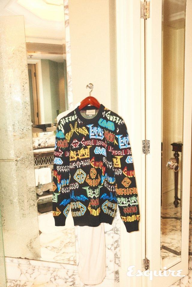 헤비메탈풍의 대담한 그래픽 폰트로 뒤덮인 울 스웨터. 1980년대적 콘텐츠. 167만원 구찌.