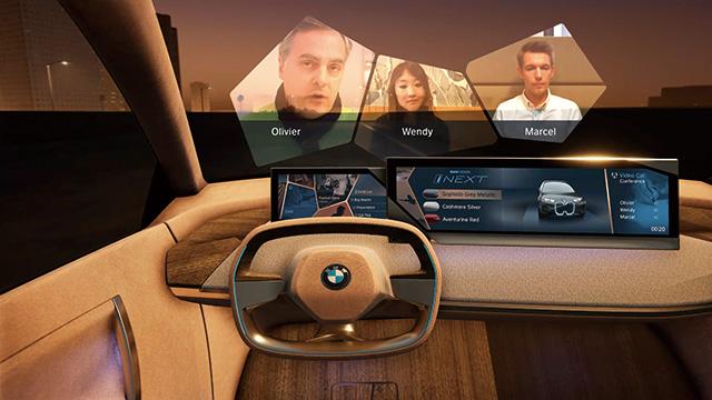 BMW는 인텔리전트 개인비서를 통해 자동차 안에서 화상 회의나 쇼핑 같은 디지털 서비스에 접근하는 미래를 제시했다.