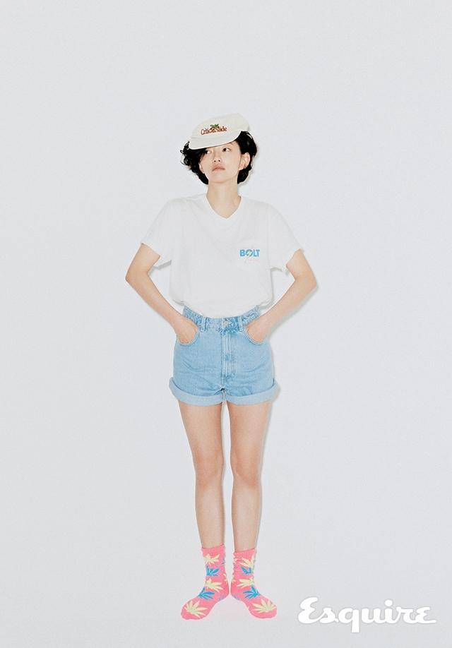 티셔츠, 핑크 양말, 모자 모두 에디터 소장품. 쇼츠 자라.