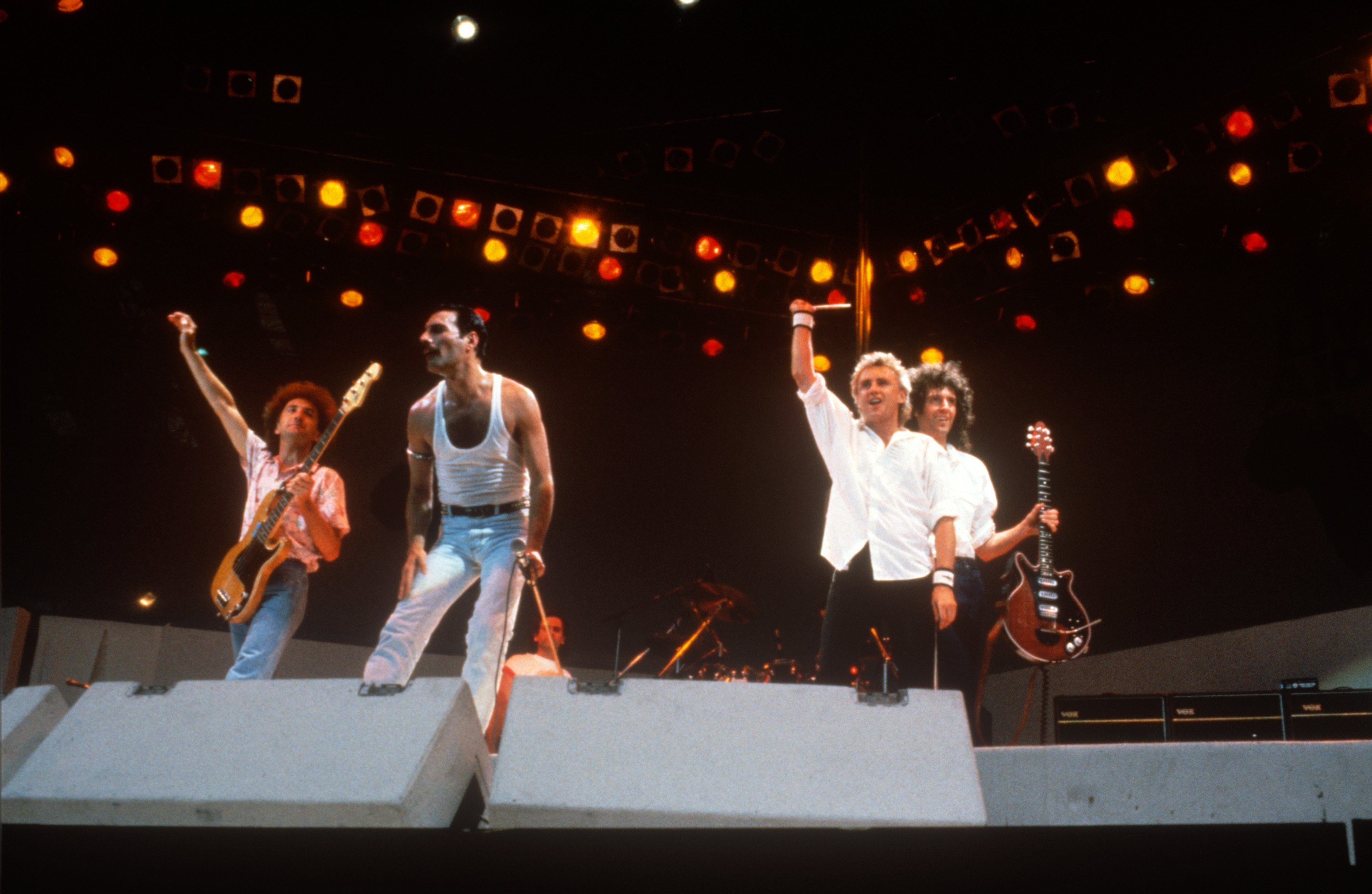 1985년 7월 13일, 런던에서 열린 '라이브 에이드'에서 공연한 퀸의 모습.