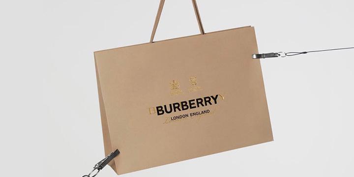 매월 17일, 버버리의 수장 리카르도 티시가 디자인한 한정판 '비 시리즈(B Series)' 제품이 공개된다.