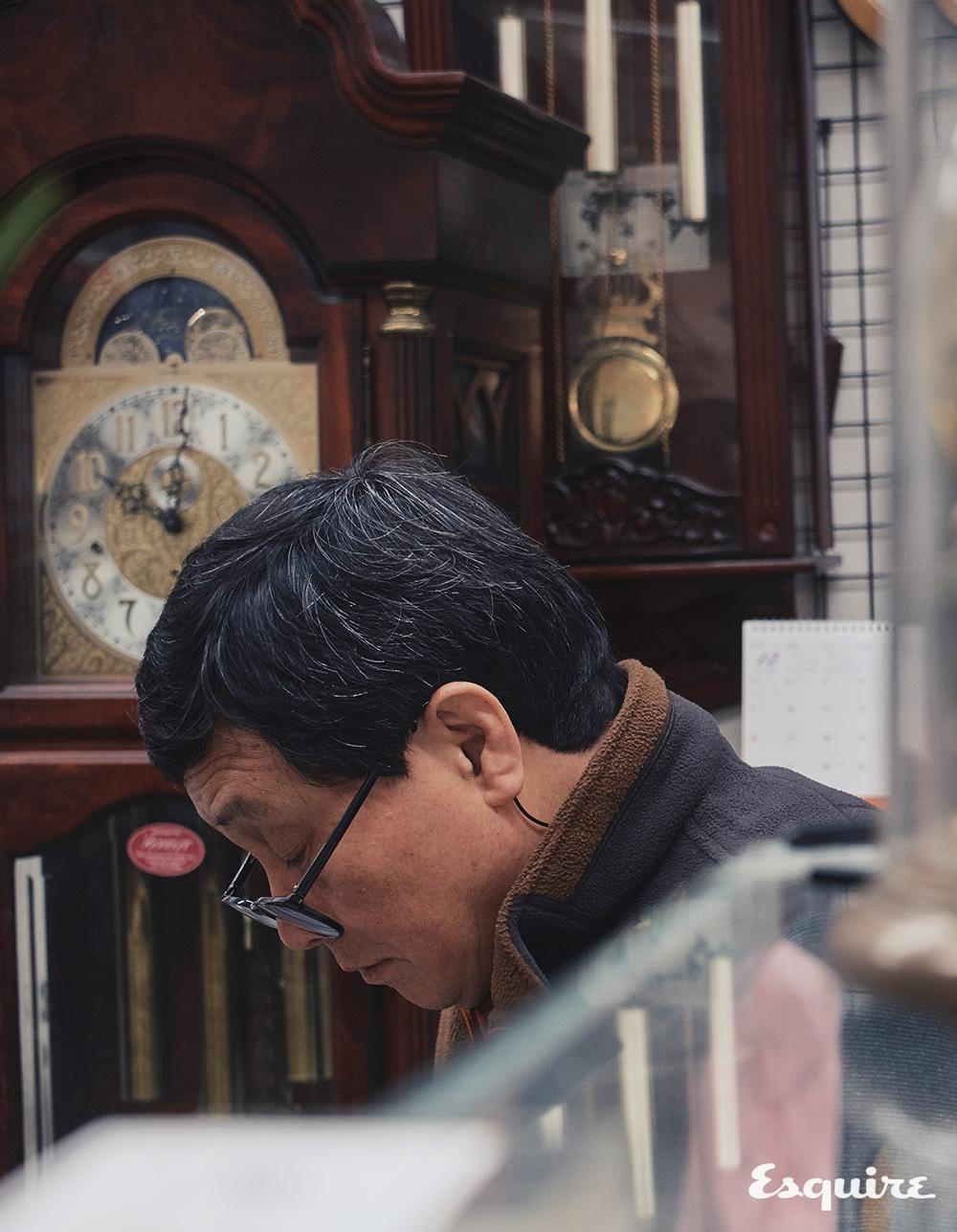 시계를 수리하고 조립하는 삼성사의 장충락 장인.