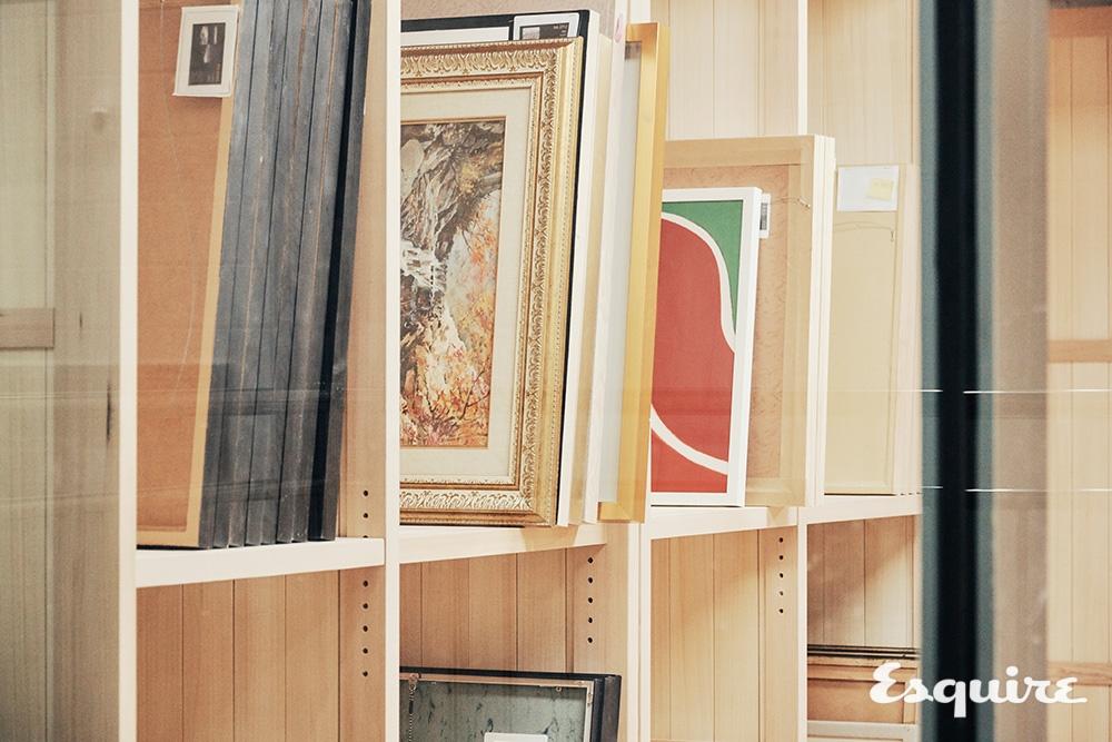 작품을 벽면 랙에 걸어둔 위 사진은 관람객에게 보여주기 위한 구성으로, 원래 수장고의 모습은 이 사진과 가깝다. 수많은 작품이 있으므로 켜켜이 적재시켜 보관한다.