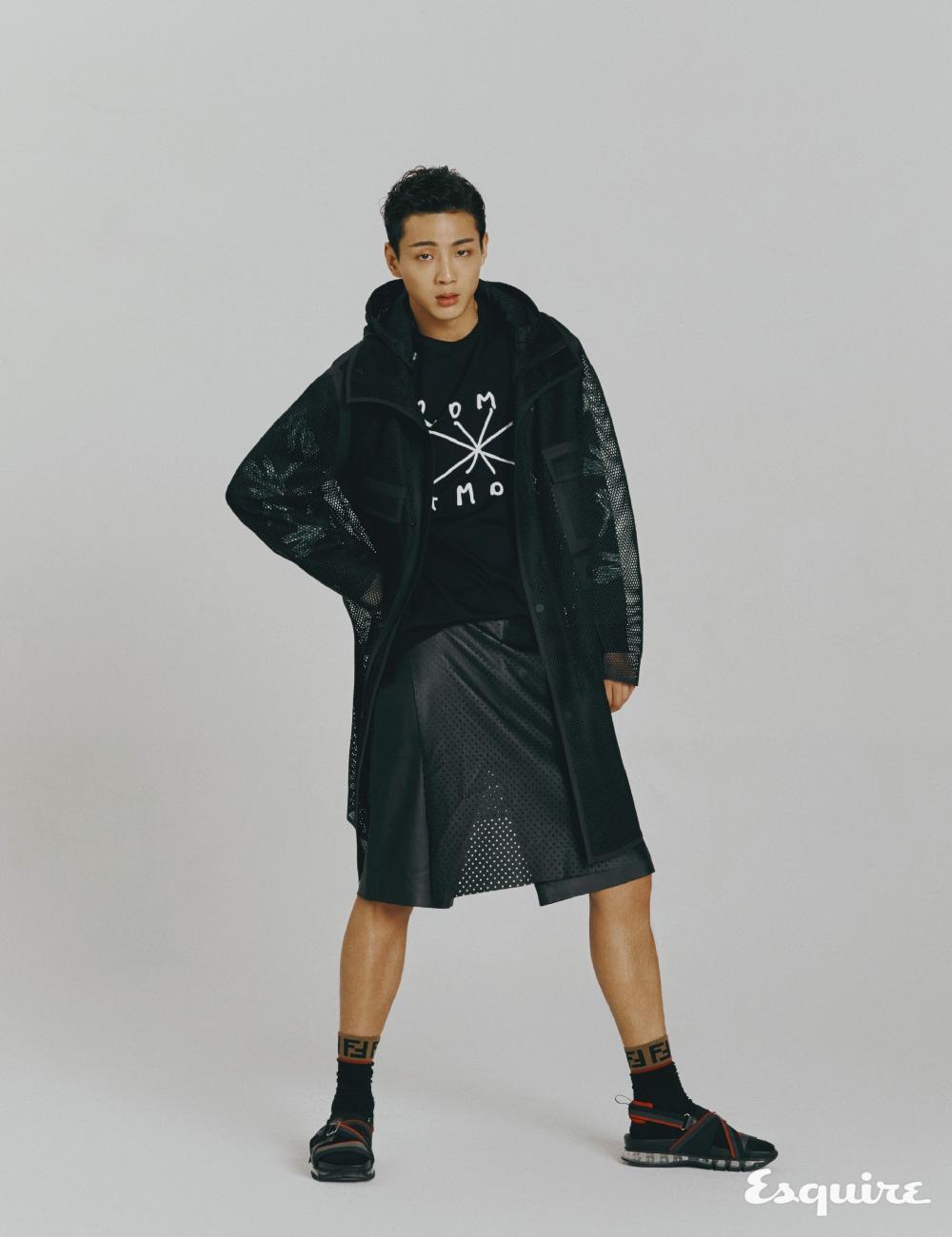 펀칭 레더 코트, ROMA × AMOR 티셔츠, 펀칭 레더 팬츠, FF 로고 위너스 샌들, FF 로고 양말 모두 펜디.