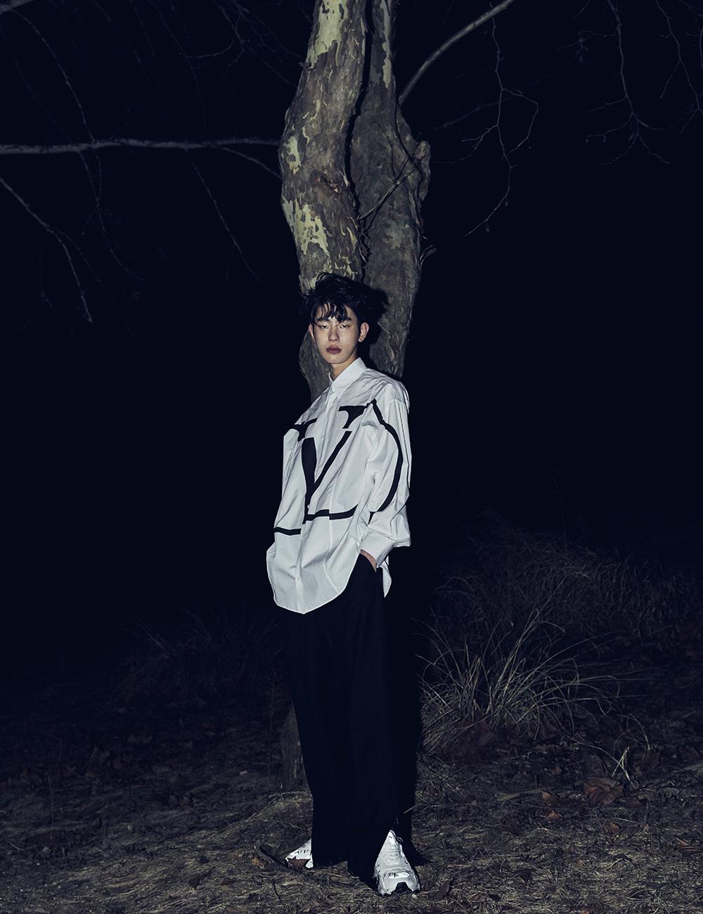 로고 프린트 셔츠 99만원, 검은색 바지 가격 미정 모두 발렌티노. 로고 프린트 운동화 139만원 발렌티노 가라바니.