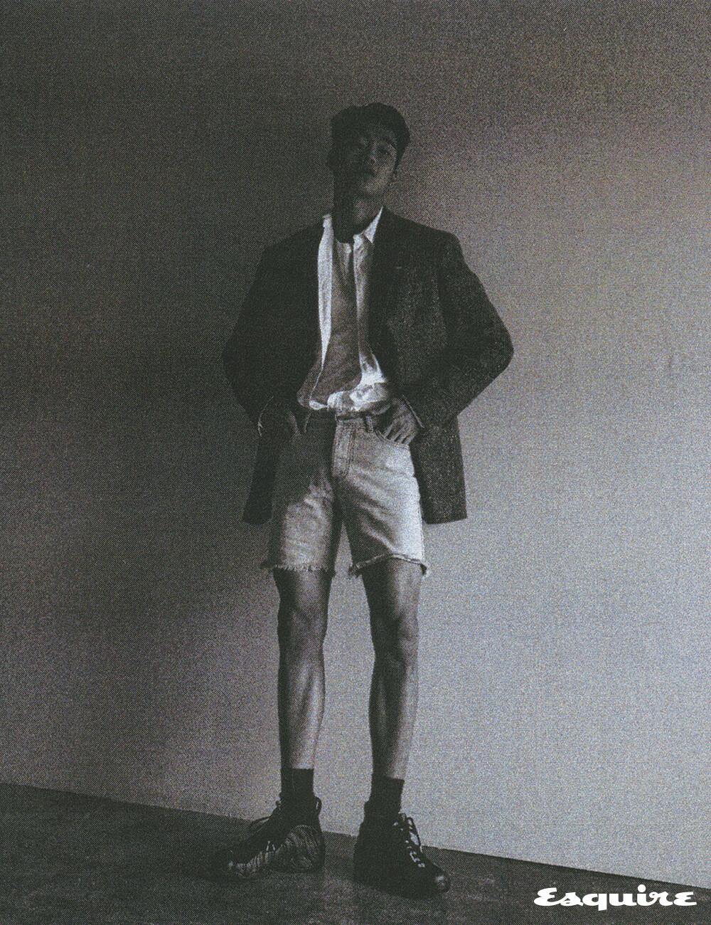 재킷, 티셔츠 모두 가격 미정 캘빈클라인 205W39NYC. 셔츠 17만원대 폴로 랄프 로렌. 데님 반바지 에디터 소장품. 농구화 가격 미정 나이키.