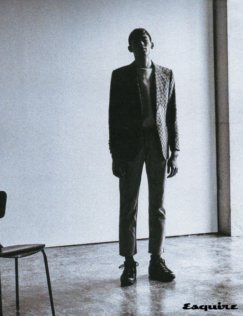 재킷 370만원 구찌. 스웨트셔츠 12만9000원 리바이스. 데님 바지 에디터 소장품. 농구화 가격 미정 나이키.