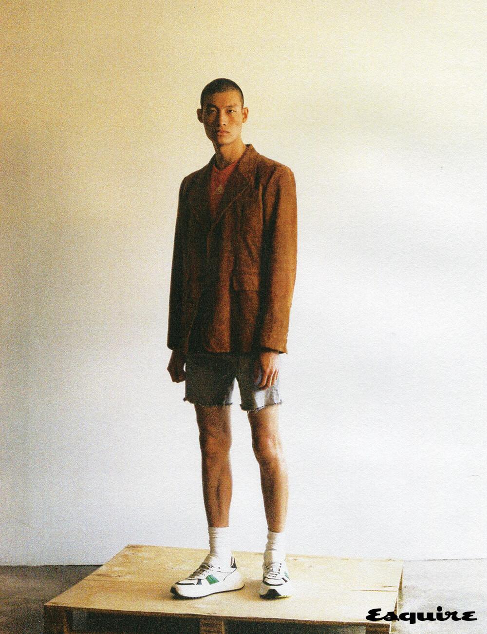 재킷 가격 미정 프라다. 저지 톱 11만9000원 아디다스 퍼포먼스. 데님 반바지 에디터 소장품. 운동화 90만원대 보테가 베네타.