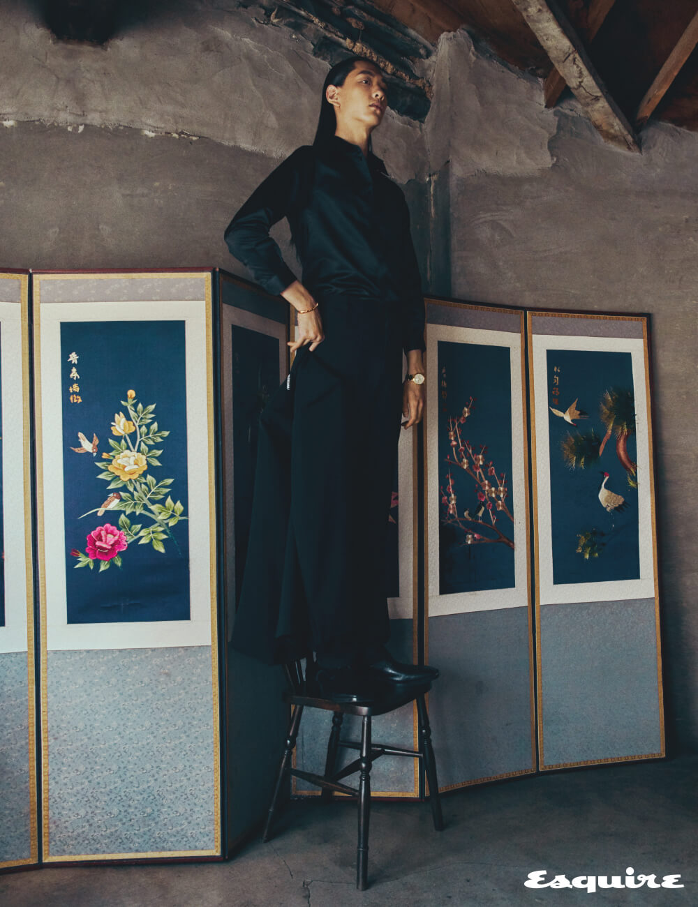 손에 든 재킷, 셔츠, 바지, 구두 모두 가격 미정 발렌시아가. 세르펜티 팔찌 1100만원대 불가리. 로즈 골드 케이스 알티플라노 시계 4100만원대 피아제.