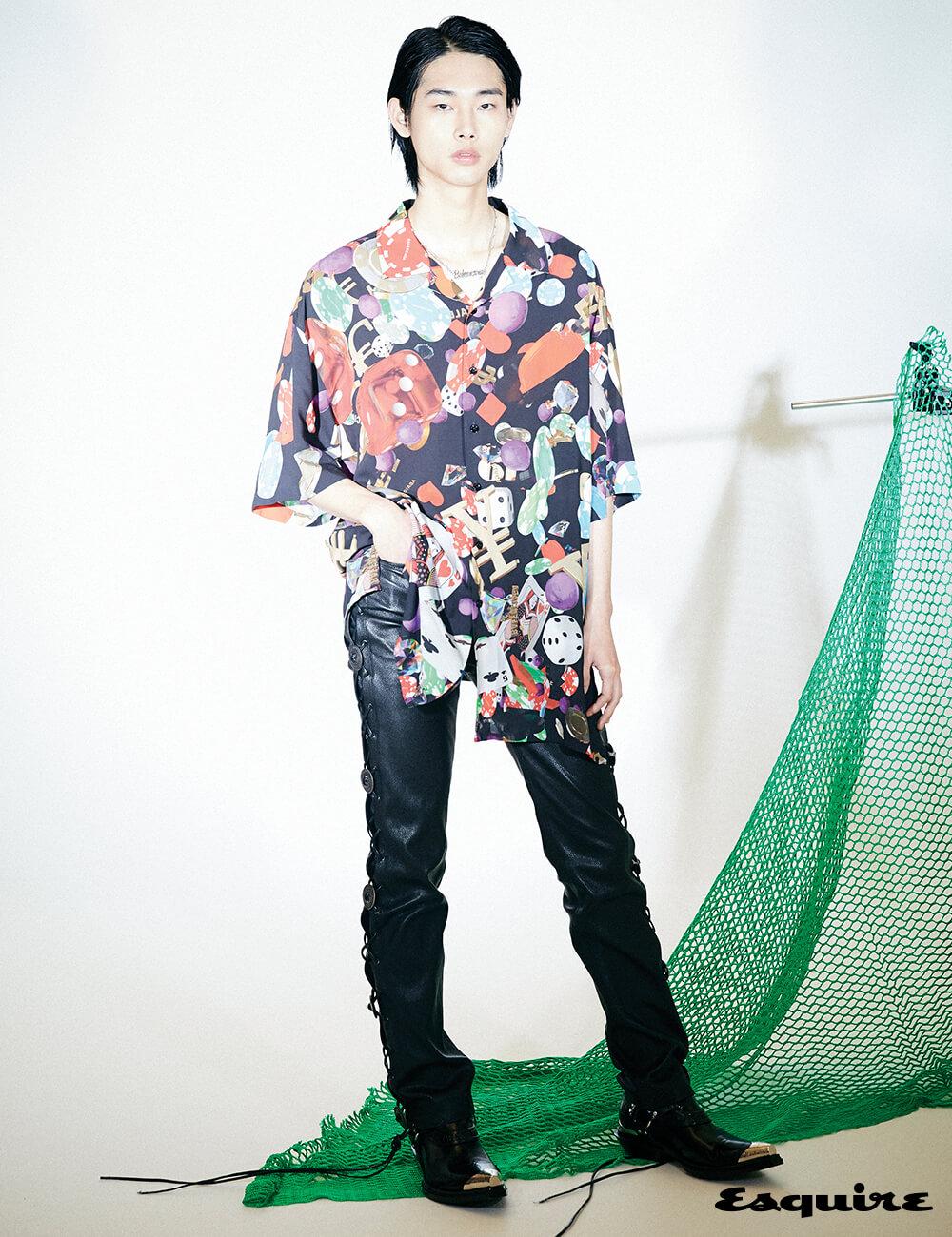 카지노 프린팅 셔츠, 가죽 바지, 하네스 부티, 로고 참 목걸이 모두 가격 미정 발렌시아가.