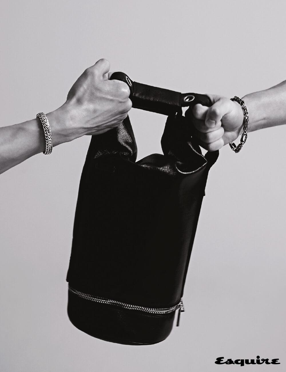 가방 가격 미정 지방시. 왼쪽 팔찌 125만원 존 하디. 오른쪽 팔찌 가격 미정 생 로랑 by 안토니 바카렐로.