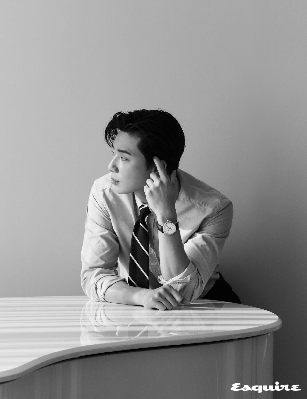 6시 방향 문페이즈 창과 날짜 디스플레이를 적용한 '스타 레거시 문페이즈' 528만원 몽블랑. 셔츠 오리앙 by 샌프란시스코 마켓. 바지 TBRM by 샌프란시스코 마켓. 타이 스타일리스트 소장품.