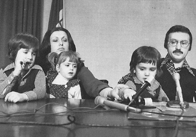 타고난 인터뷰이조·앤서니 루소 형제의 유년 시절 모습. 어머니 패트리샤 루소와여동생 가브리엘라 루소, 정치가였던 아버지 버질 루소가 함께했다.