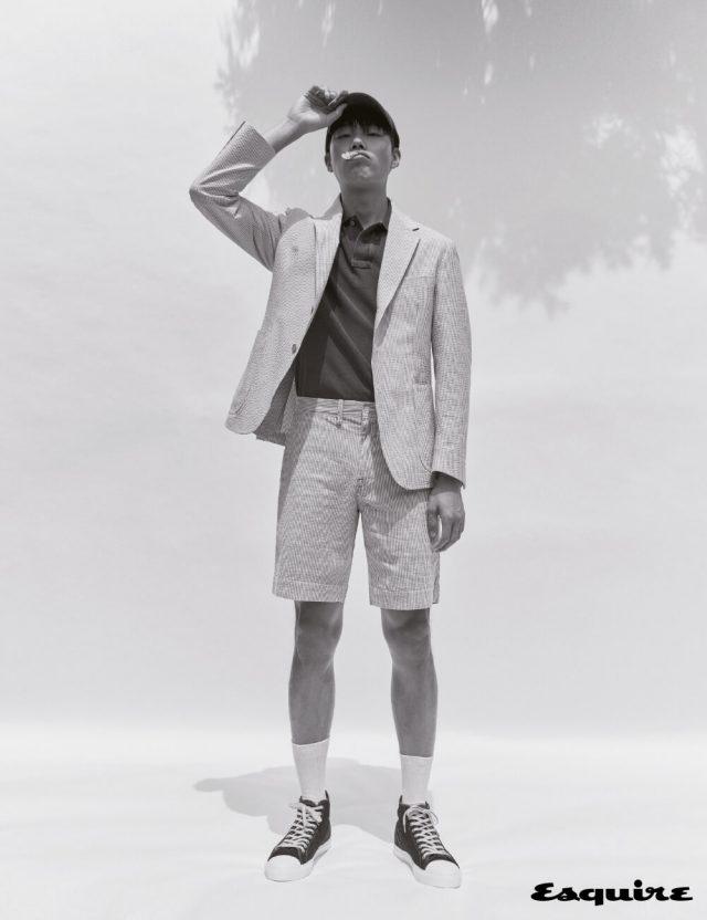 하늘색 줄무늬 시어서커 재킷, 반바지, 폴로 메시 셔츠, 클래식 볼캡 모두 폴로 랄프 로렌.