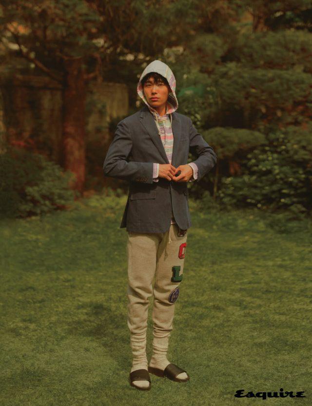 재킷, 줄무늬 후디, 로고 패치 플리스 조거 바지, 가죽 슬라이드 모두 폴로 랄프 로렌.