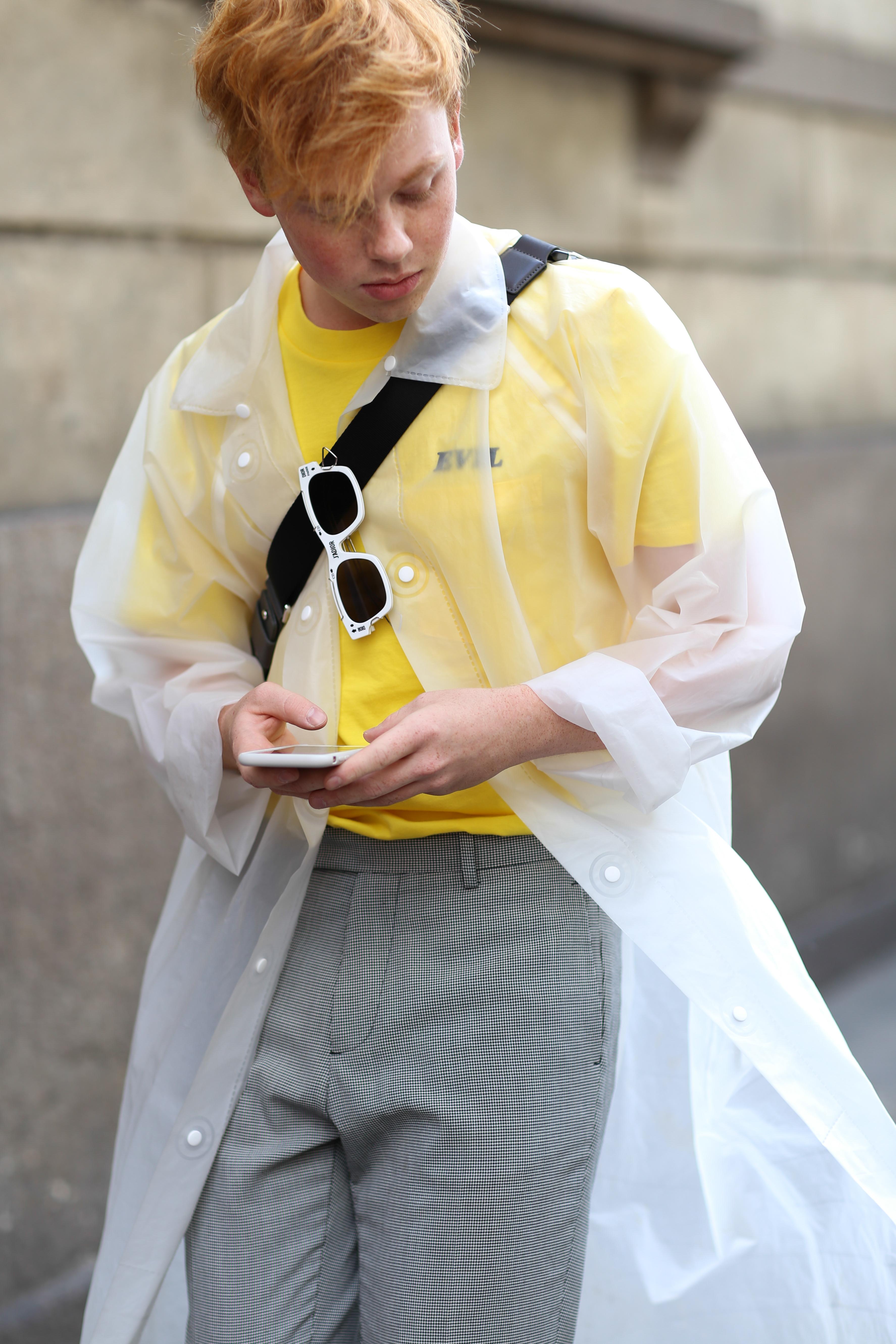 그레이 팬츠를 입어도 밝은 컬러의 상의와 악세서리를 매치하면 또 다른 분위기를 연출할 수 있다.