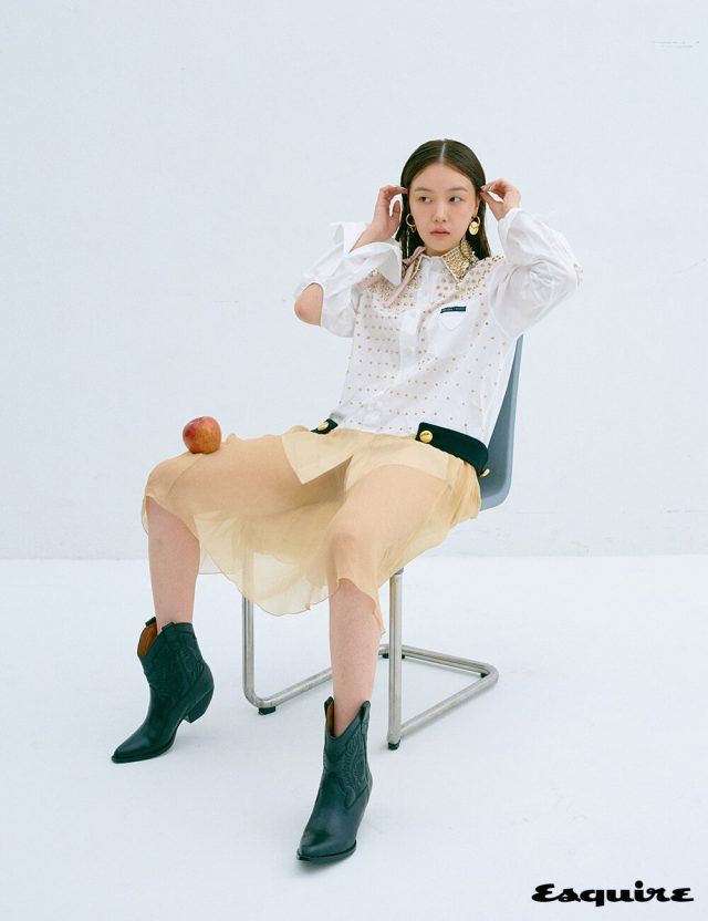 오프숄더 톱, 스커트 모두 포츠1961. 귀걸이 엠주.