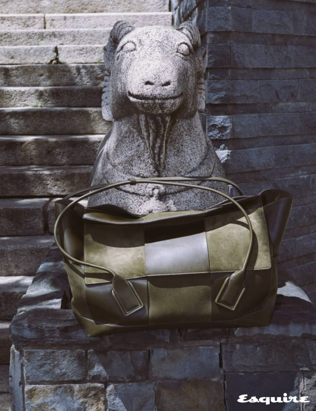 소가죽과 스웨이드 소재를 격자로 엮은 토트백 아르코 75 860만원대 보테가 베네타.