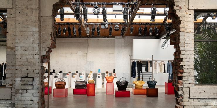 장인 정신에 대한 존중과 소재의 품격 그리고 정제된 우아함의 완벽한 조화. 보테가 베네타의 새로운 크리에이티브 디렉터 다니엘 리(Daniel Lee)의 첫 번째 컬렉션 '2019년 프리폴 컬렉션'과 함께했다.