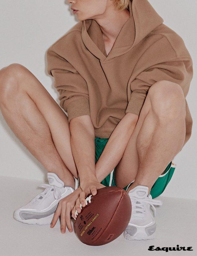 베이지색 후디 가격 미정 루이비통. 초록색 스윔 쇼츠 1만9900원 H&M. 스니커즈 가격 미정 리복.