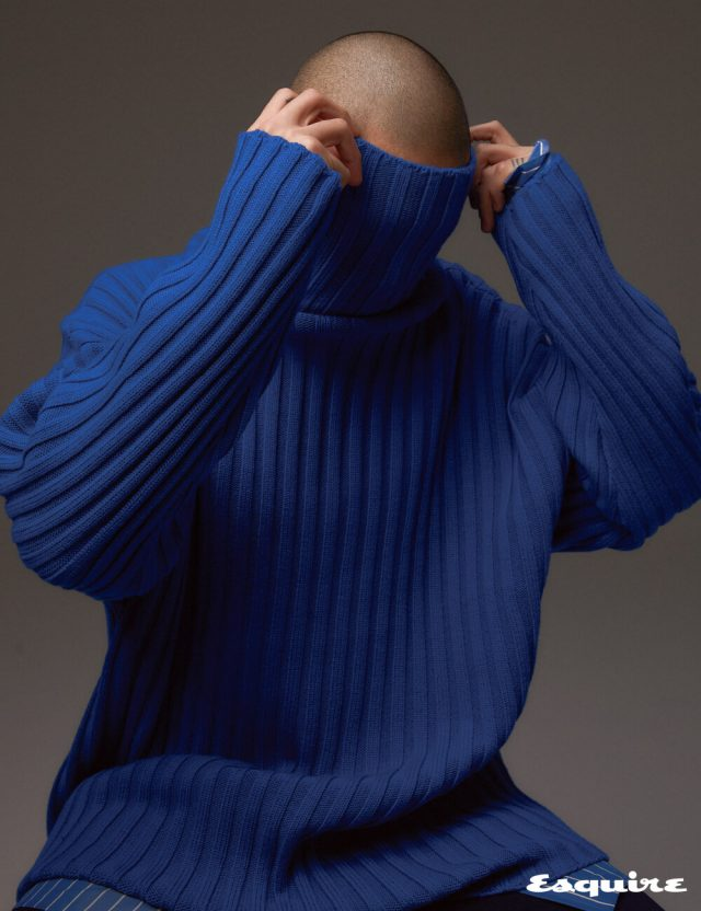 목선의 링으로 볼륨감을 더한 터틀넥 톱, 스트라이프 셔츠, 크롭트 팬츠 모두 발렌시아가.